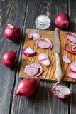 Rote Zwiebeln und Messer Lizenzfreie Stockfotografie