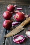 Rote Zwiebeln und Messer Stockfotos