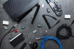 Roteador, acessórios e ferramentas para conectar, na superfície de trabalho imagens de stock royalty free