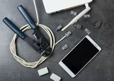 Roteador, cabo a conectar, smartphone e alicates para conectores de friso na superfície imagem de stock royalty free