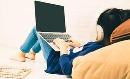 Roteador e crianças sem fio que usam um portátil na casa conceito home de faixa larga sem fio do wifi do telefone do laptop do ro Imagem de Stock