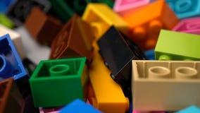 Roteert de kleurrijke plastic aannemer van de lengtemotie achtergrondtextuur stock video