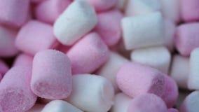 Roteert het heemst roze en witte suikergoed achtergrond stock videobeelden