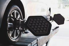 Rotella di automobile riparata con il morsetto automatizzato della macchina di allineamento di rotella Fotografia Stock