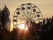 Rotella di Ferris al tramonto fotografie stock