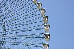 Rotella di Ferris con la priorità bassa del cielo blu Immagini Stock Libere da Diritti