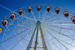 Rotella di Ferris contro il cielo blu Immagine Stock