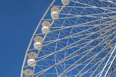 Rotella di Ferris contro un cielo blu Fotografie Stock Libere da Diritti