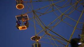 Rotella di Ferris entro la notte stock footage
