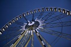 Rotella di Ferris sopra cielo blu Fotografia Stock Libera da Diritti
