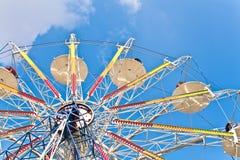 Rotella di Ferris su un cielo blu immagine stock