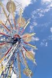Rotella di Ferris su un cielo blu fotografie stock libere da diritti
