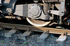 Rotelle del treno sulle rotaie, primo piano Immagini Stock Libere da Diritti