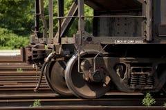 Rotelle di automobile d'acciaio arrugginite della ferrovia Fotografie Stock