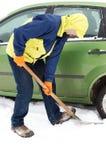 Rotelle di automobile di scavatura dell'uomo da neve Immagini Stock Libere da Diritti