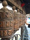 Rotelle di preghiera di filatura, Nepal Immagine Stock