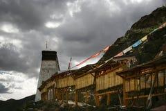 Rotelle e bandierina di preghiera tibetane di Buddhism Fotografia Stock