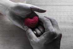Rotem Herzen geformte Seide geben Lizenzfreie Stockbilder