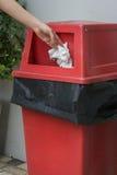 Roter Abfallkasten Lizenzfreie Stockbilder