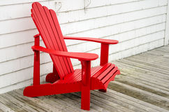 Roter Adirondack-Stuhl Lizenzfreie Stockfotografie