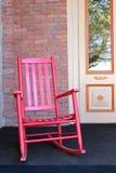 Roter adirondack Stuhl auf Eingangsterrasse Lizenzfreie Stockfotos
