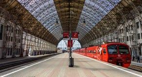 Roter Aeroexpress-Zug, der an einer Landungsplattform von Moskau K steht Lizenzfreie Stockbilder