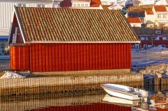 Roter Altbau auf dem Spiegelbild im Wasser Stockbild