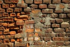 Roter alter getragener Backsteinmauerbeschaffenheitshintergrund Gebrochene Backsteinmauer stockbild