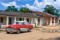 Roter amerikanischer Oldtimer in Santa Clara Cuba - Reportage Serie Kuba Lizenzfreie Stockfotografie