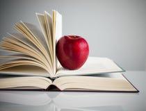 Roter Apfel auf Büchern Lizenzfreies Stockbild
