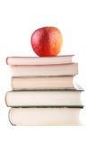 Roter Apfel auf einem Stapel Büchern Lizenzfreie Stockfotografie