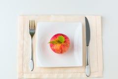 Roter Apfel auf einer Platte Nähren Sie Konzept Lizenzfreies Stockfoto