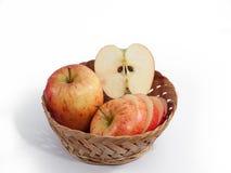 Roter Apfel auf Isolat lizenzfreies stockfoto