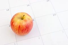 Roter Apfel auf Kalender Lizenzfreies Stockfoto