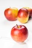 Roter Apfel auf lichtdurchlässigem Medizinlöffel auf dem Tisch Stockbild