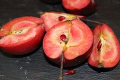 Roter Apfel auf schwarzem Stein Lizenzfreies Stockfoto