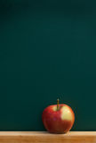 Roter Apfel auf Tafel Stockfotos