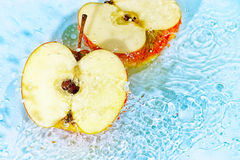 Roter Apfel Cutted im Wasser Stockfotografie