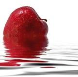 Roter Apfel, der im Wasser sich reflektiert Lizenzfreie Stockbilder