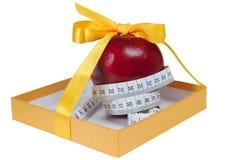 Roter Apfel im Kasten mit Auf Band aufnehmenzeile mögen Geschenk Stockfotografie