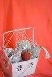 Roter Apfel im Kasten mit silberner Weihnachtsdekoration Stockbild