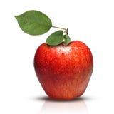 Roter Apfel mit Blättern und Wassertropfen Stockfoto
