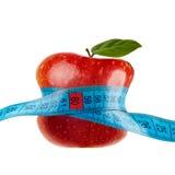 Roter Apfel mit dem Messen getrennt auf Weiß Stockbild