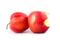 Roter Apfel mit der Verfehlung eines Bisses auf Apfel-Fruchtlebensmittel des weißen Hintergrundes dem gesunden lokalisiert Lizenzfreie Stockfotografie