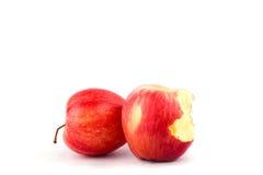 Roter Apfel mit der Verfehlung eines Bisses auf Apfel-Fruchtlebensmittel des weißen Hintergrundes dem gesunden lokalisiert Stockbild