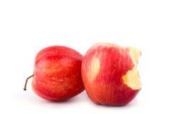Roter Apfel mit der Verfehlung eines Bisses auf Apfel-Fruchtlebensmittel des weißen Hintergrundes dem gesunden lokalisiert Lizenzfreie Stockbilder