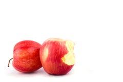 Roter Apfel mit der Verfehlung eines Bisses auf Apfel-Fruchtlebensmittel des weißen Hintergrundes dem gesunden lokalisiert Stockfotos