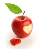 Roter Apfel mit geschnittenem Herzen Stockfotografie