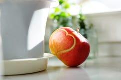 Roter Apfel mit Herzen Stockbild