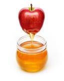 Roter Apfel mit Honig Stockfoto